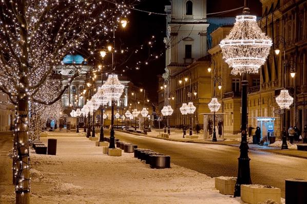 La ciudad de Varsovia nevada e iluminada