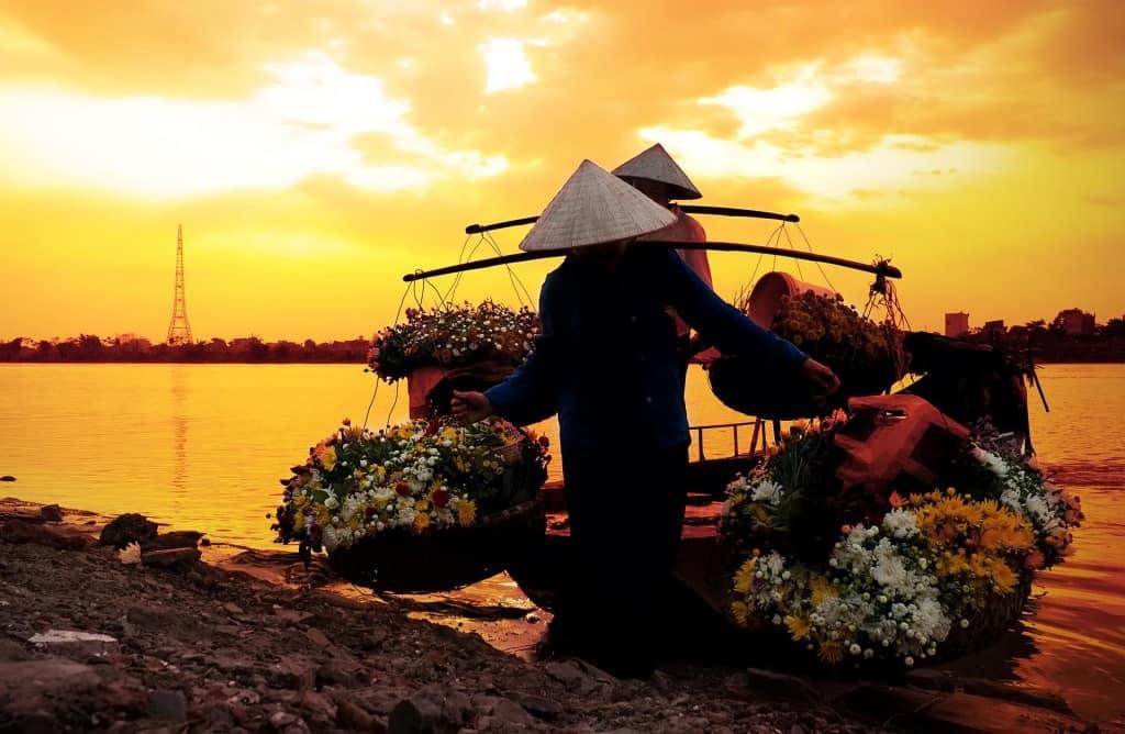 Unos campesinos transportan flores para su venta (foto: Años Luz)